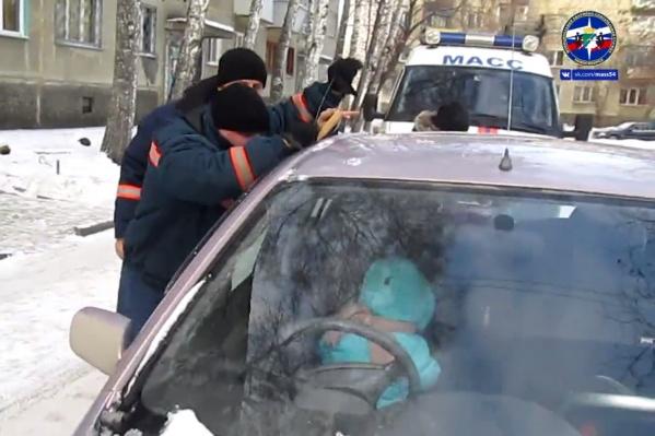 Девочка оказалась заперта в машине на улице Толбухина