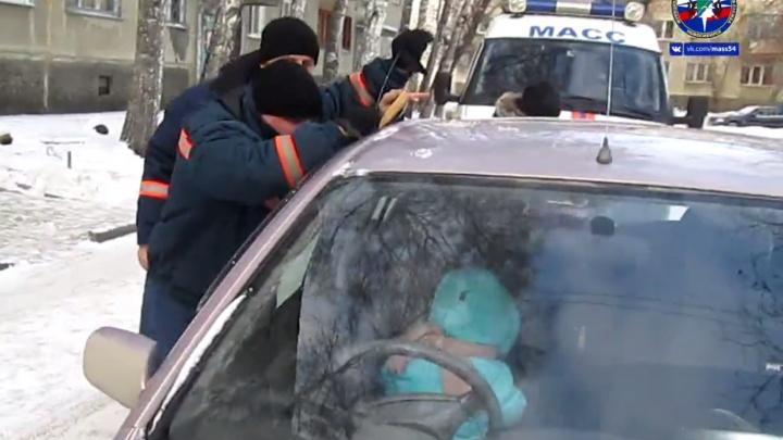 Спасатели вытащили годовалую девочку, оставленную в заведённой машине