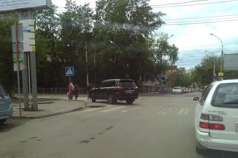 «Я паркуюсь как чудак»: Lexus ООО — встану прямо на перекрестке, пусть объезжают и обходят