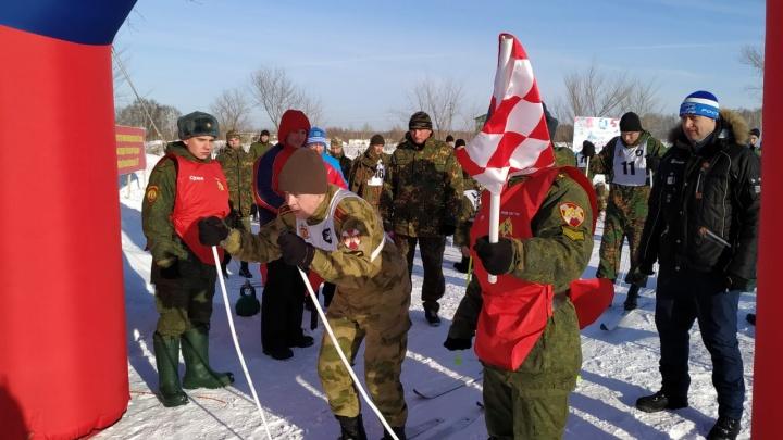 Десятки новосибирцев в камуфляже устроили лыжную гонку на Ключ-Камышенском плато
