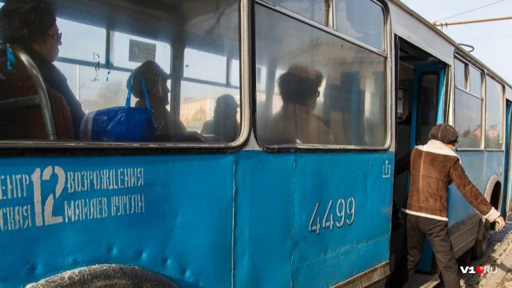 В Волгограде легковушка после ДТП «подбила» троллейбус