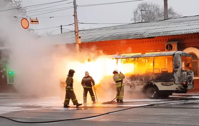 Объяло пламенем: в центре Самары около «Гудка» сгорел пассажирский автобус