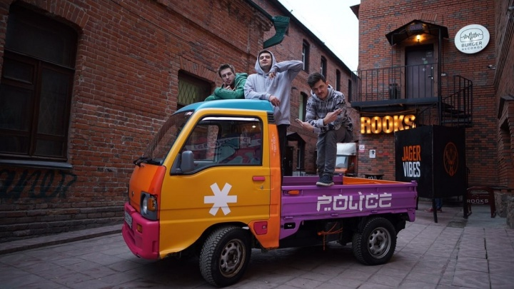 Новосибирские художники превратили грузовик в яркую «снежную полицию»