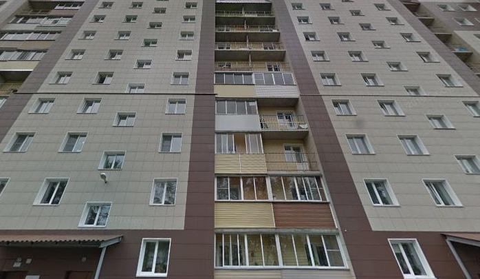 На Родниках женщина выпала из окна многоэтажного дома и осталась жива