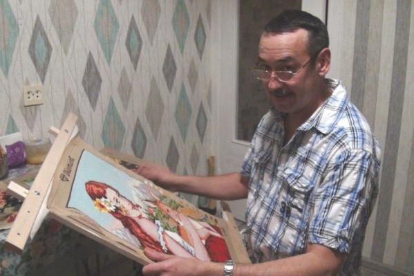 45-летний уфимец Марат Ялалов вышивает крестиком