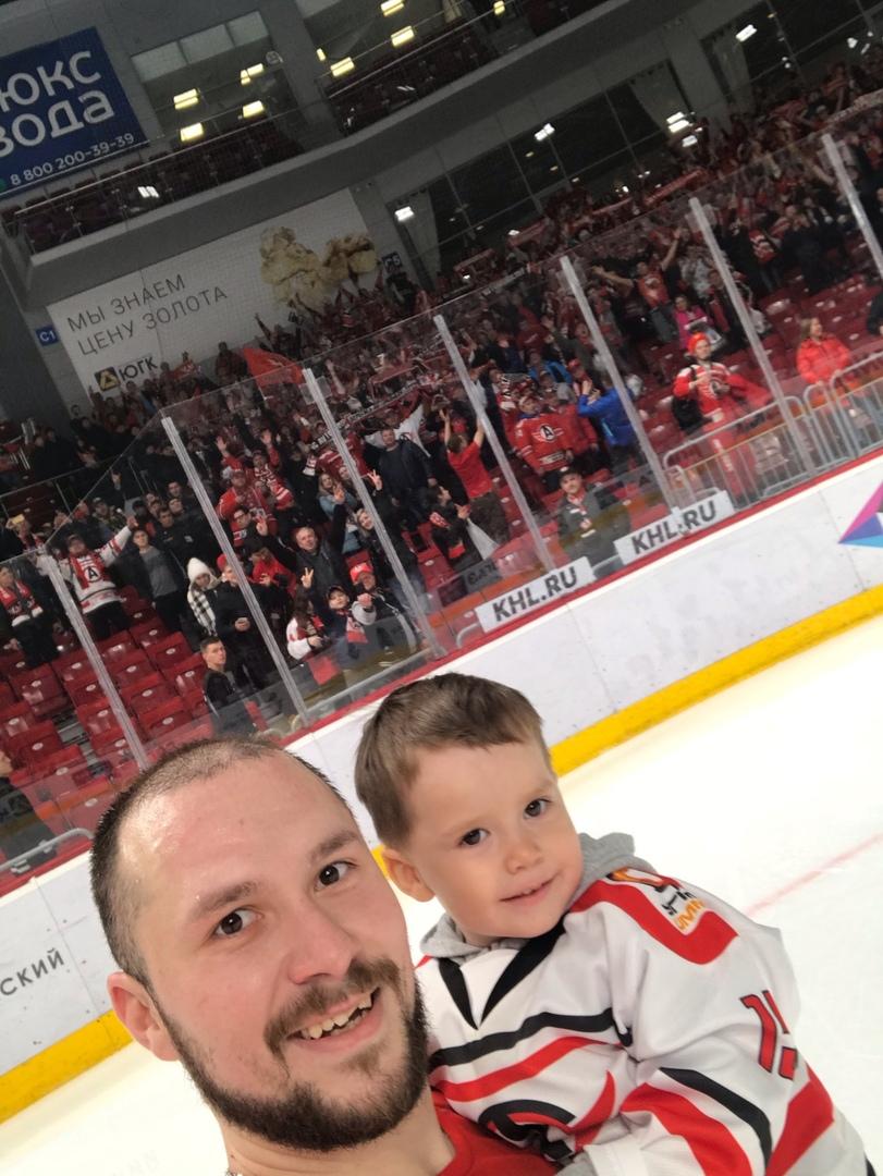 Анатолий Голышев с сыном даже сделал селфи на фоне фан-сектора