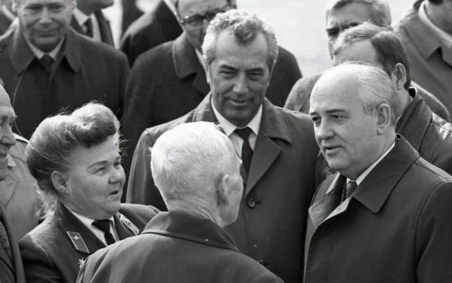 Михаил Горбачёв общается со свердловчанами