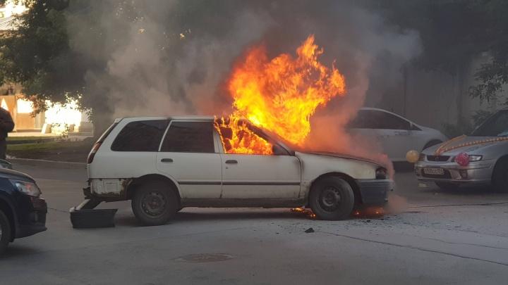«Водитель только успел завести машину»: в центре Екатеринбурга сгорела иномарка