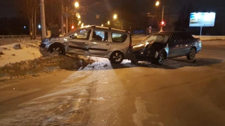 «Лада» попала в аварию при попытке развернуться на Мочищенском шоссе: пассажирку увезли в больницу