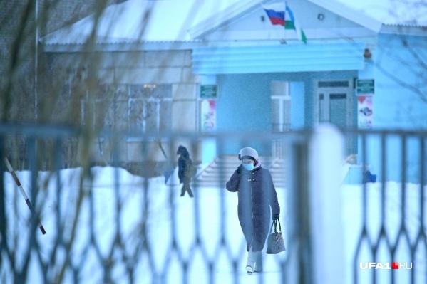 На улице жителей Сибая не так уж много — врачи рекомендовали не выходить им на улицу лишний раз