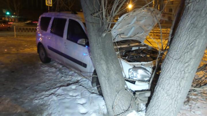 Появилось видео ДТП на Юго-Западе, где на перекрёстке столкнулись два отечественных автомобиля