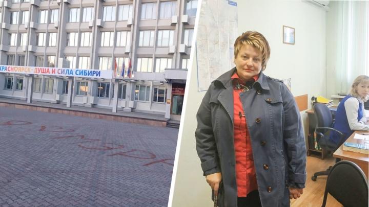 Автор надписи «Я люблю мэра» на брусчатке у здания мэрии со скандалом ушла при составлении протокола