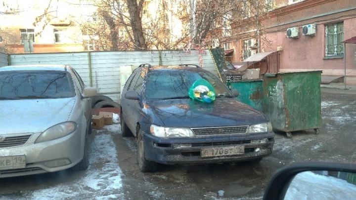 «Никому же не мешает»: на капот припарковавшегося возле баков авто кинули мешок с мусором