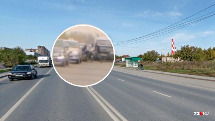 Дорожные войны: устав стоять в пробке, водители устроили драку на 50 лет Октября
