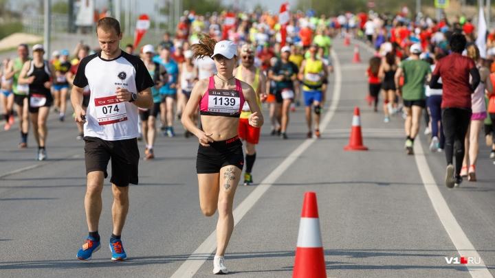 Российские бегуны готовятся к яркому полумарафону-гандикапу на набережной Волгограда