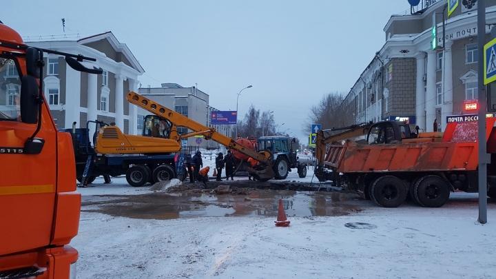 В Кургане коммунальную аварию на улице Гоголя устранили быстрее запланированного срока