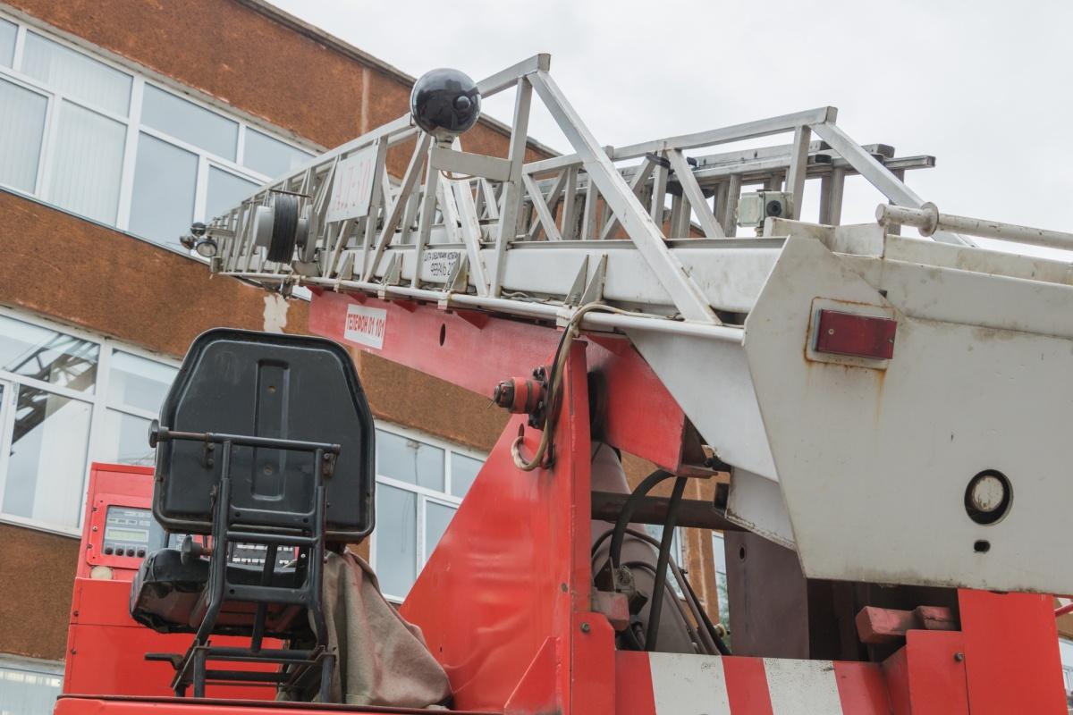 Человека эвакуировали с верхнего этажа школы. Для этого подняли пожарную лестницу
