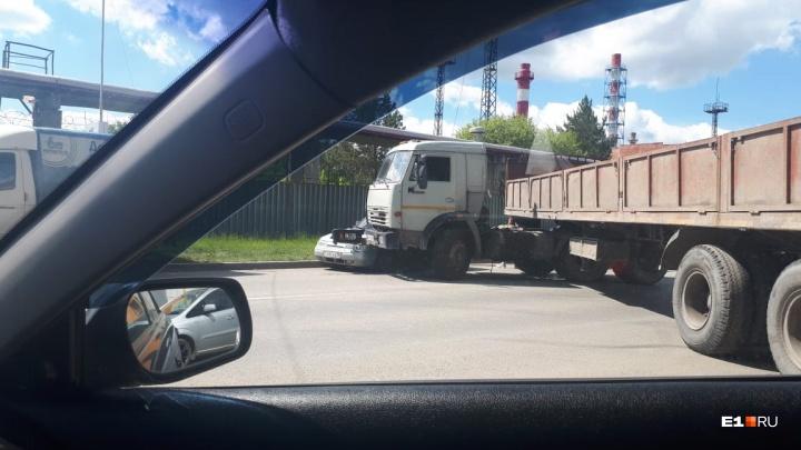 Машины стоят в обе стороны: грузовой автомобиль с прицепом перегородил дорогу на Альпинистов