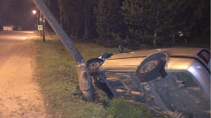 В Ярославской области иномарка впечаталась в столб: есть пострадавшие