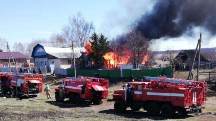 Столб дыма видели за сотни метров: очевидцы сняли на видео, как под Уфой горел жилой дом