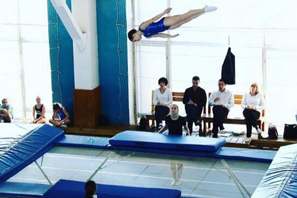 10-летняя Александра занимается прыжками на батуте и должна была ехать на соревнования
