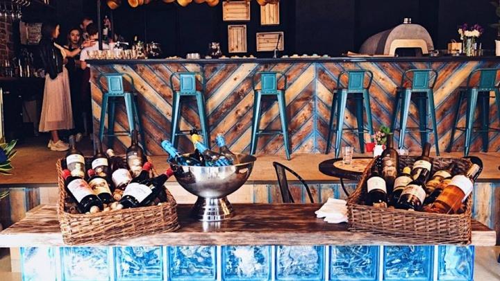 В центре Екатеринбурга на месте Noon открылся бар, где наливают голубое вино