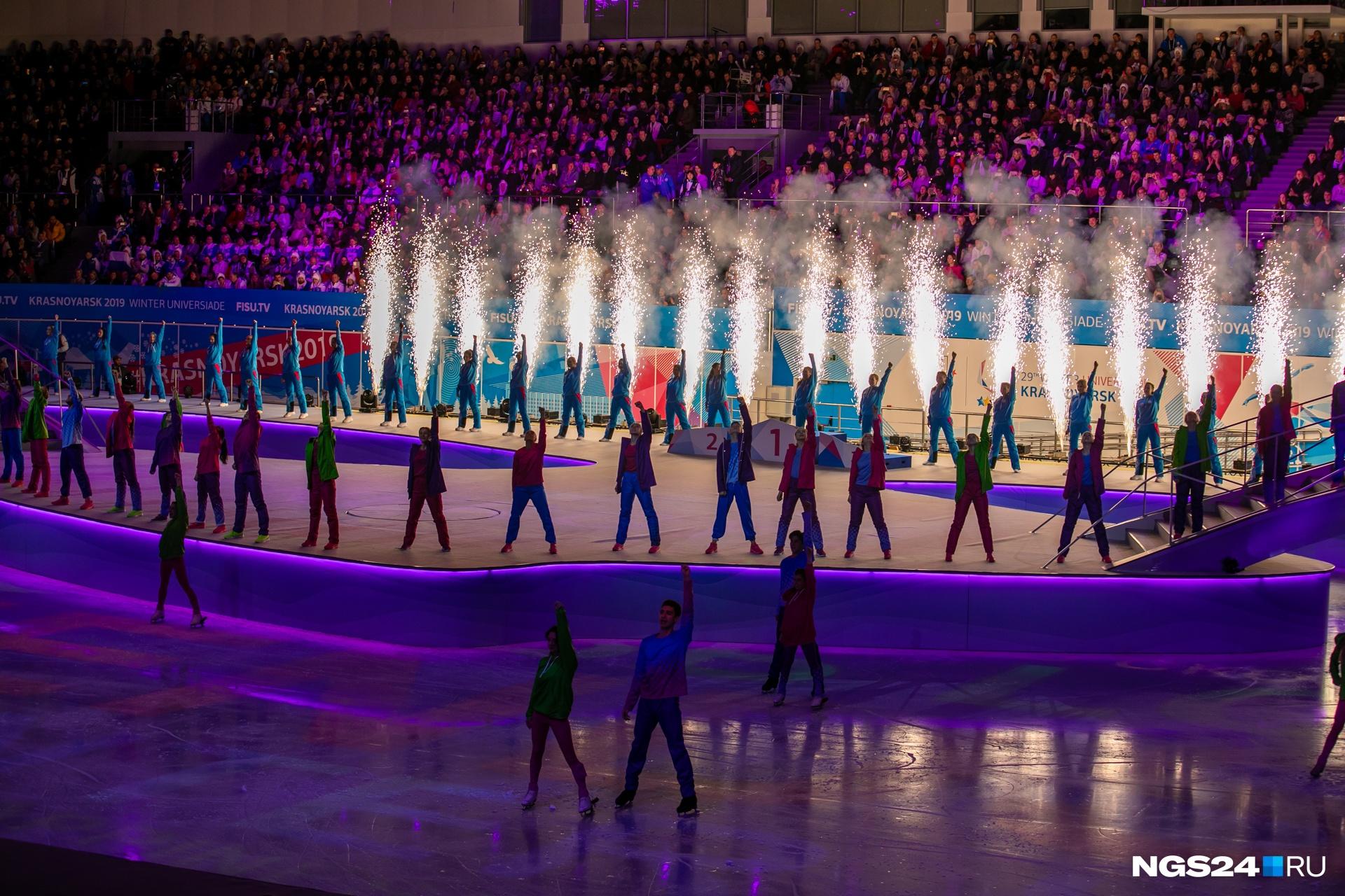 Первый эпизод закрытия — «Энергия».Среди танцующих и тех, кто готовил номер, — именитая фигуристка Аделина Сотникова. Ребята составляли цифры «2019»