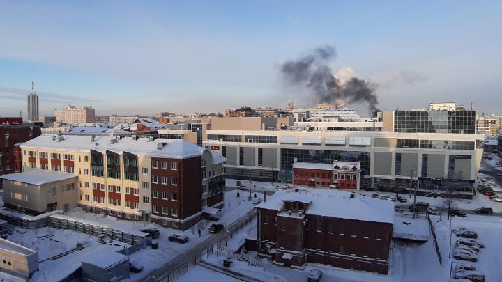«Просто лежал и загорелся»: почему на стройке в центре Архангельска поднялся столб черного дыма