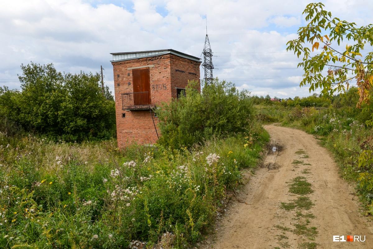 Уже непонятно, для чего построили эту башенку — возможно, тут был КПП