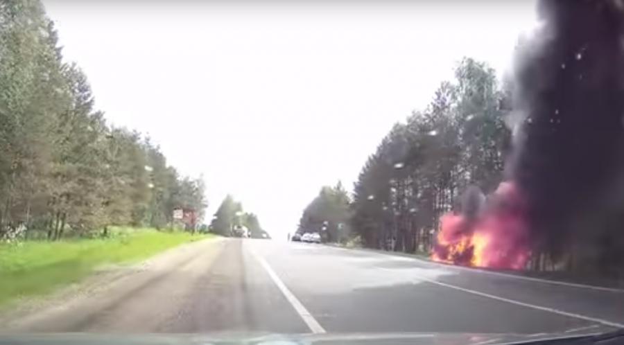Легковой автомобиль зажегся впериод движения натрассе Нижний Новгород— Саранск