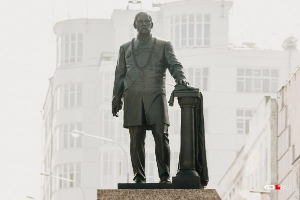 Высота скульптуры составляет три метра