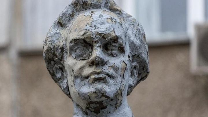 «Бесхозная недвижимость»: в Волгограде мэрия возьмёт на баланс разрушающийся памятник революционеру
