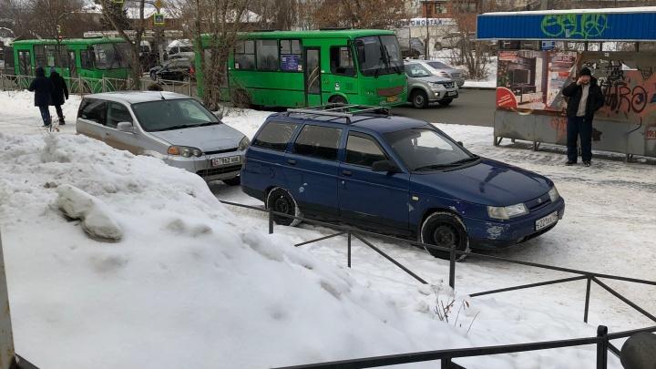 «Я паркуюсь как...»: нарушение под носом у полицейских и осада двора автохамами