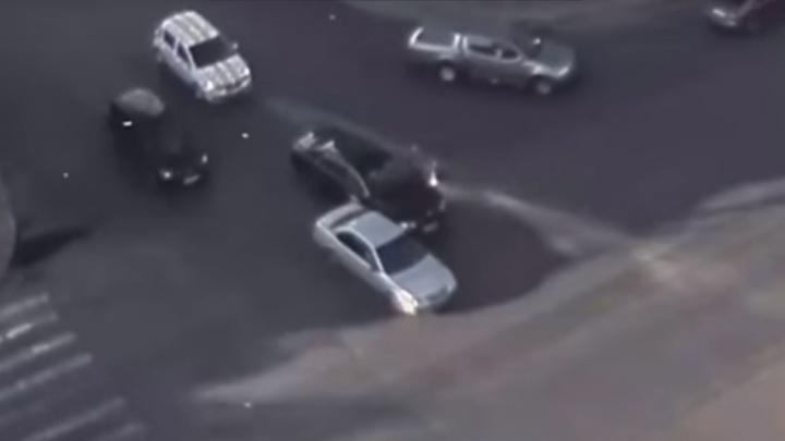 Иномарка при повороте с третьего ряда «притерла» Bentley за 14 миллионов