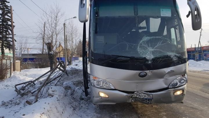 В Богдановиче пассажирский автобус врезался в грузовик «Красного & Белого»