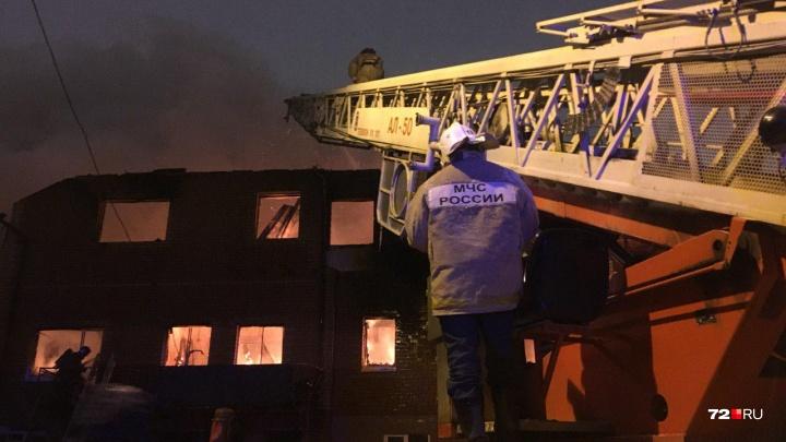 Из горящего дома на улице Гастелло в Тюмени вынесли двух человек. Подробности пожара