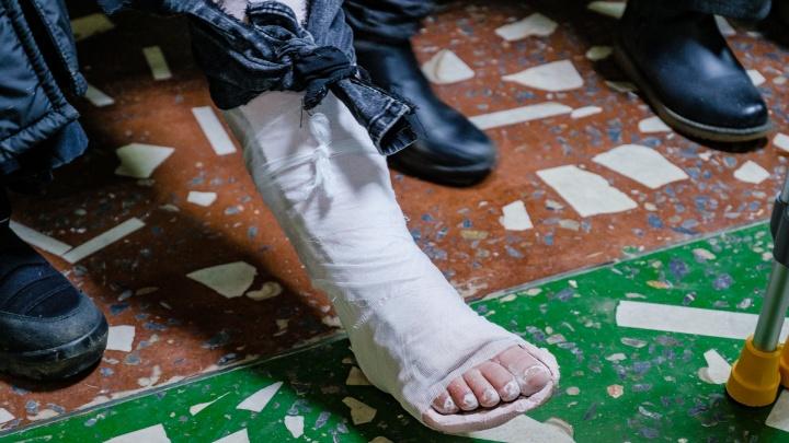 «Вышла из дома, прошла сто метров и упала»: пермяки массово обращаются в травмпункты из-за гололеда
