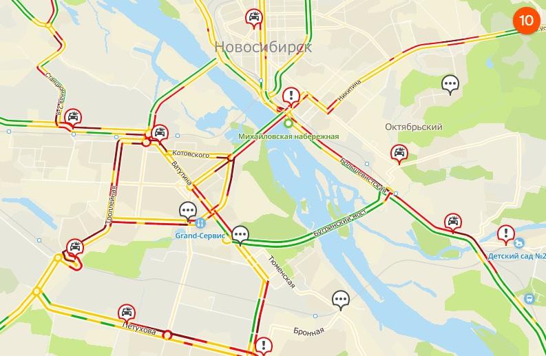 По данным сервиса, в городе уже крайне сложная ситуация на дорогах