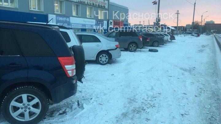 На Полигонной второй день подряд машины из-за колеи вылетают в авто на парковке