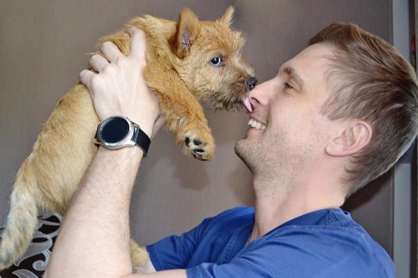 Сердечно-сосудистый хирург Виталий Шабанов пришёл на съёмку со своей собакой