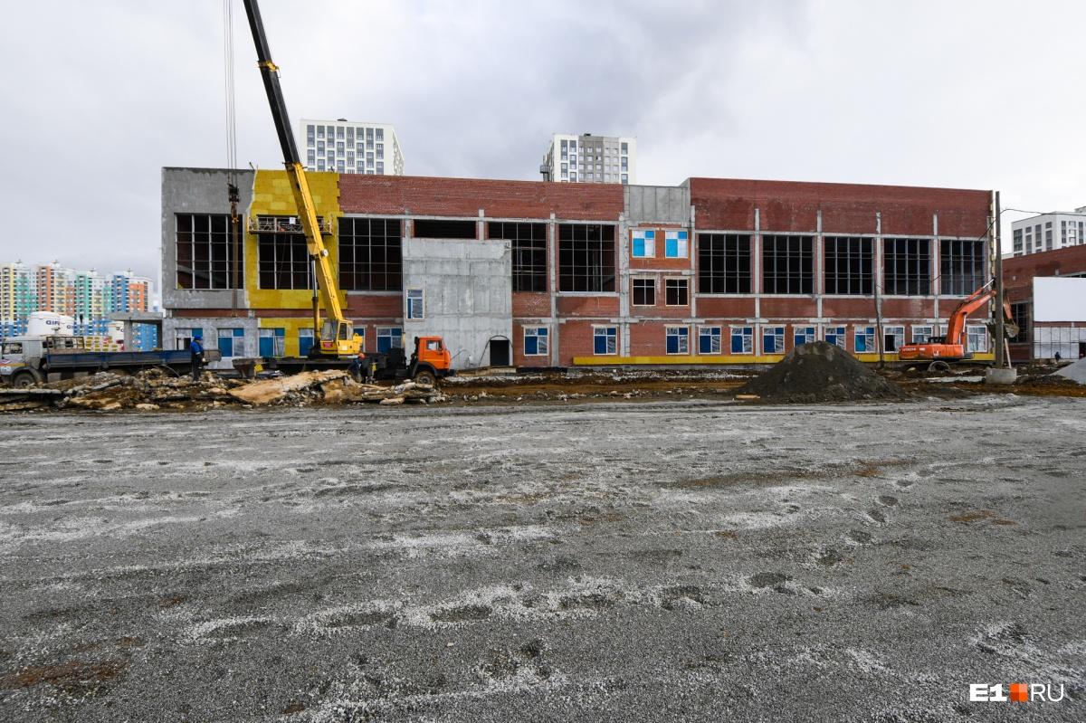Строительство началось в январе. А открыть школу тоже планируют к 1 сентября 2020 года