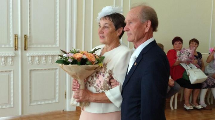 Ветераны отметили в ЗАГСе золотую свадьбу и рассказали секрет счастливой совместной жизни