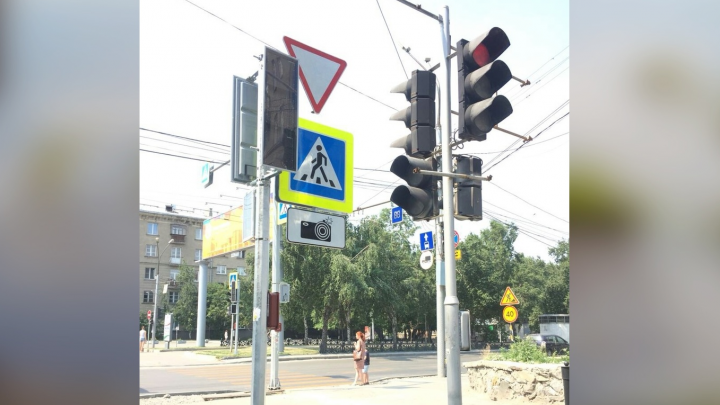 Фото: на Красном проспекте поставили новые светофоры