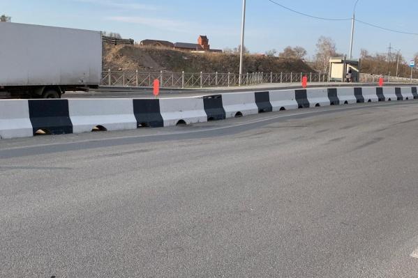 На улице Георгия Колонды просело около 5 метров асфальта — из-за этого же треснул бетонный разделитель