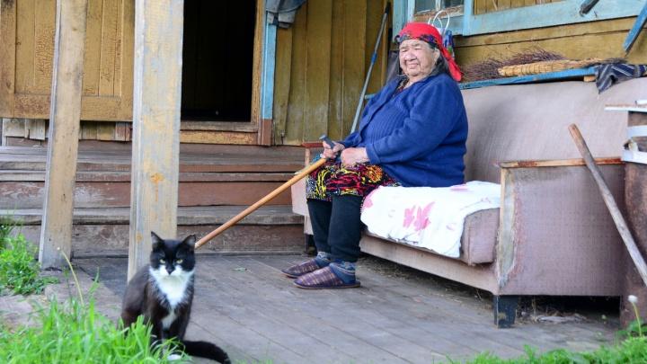 «За стеной мародёры, страшно»: репортаж из умирающего уральского села, где остались ветеран с сыном