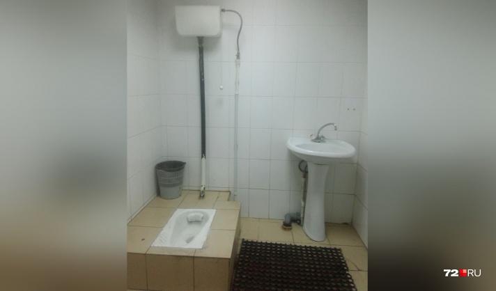 В туалете в противогазе 1