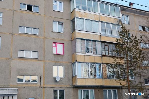 Мужчина устанавливал окна для внуков, но что-то пошло не так