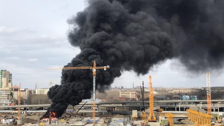 На стройке конгресс-холла в Челябинске произошёл пожар