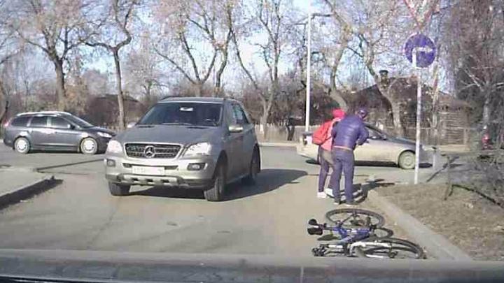 Видеорегистратор снял, как на Московской Mercedes сбил девушку на велосипеде
