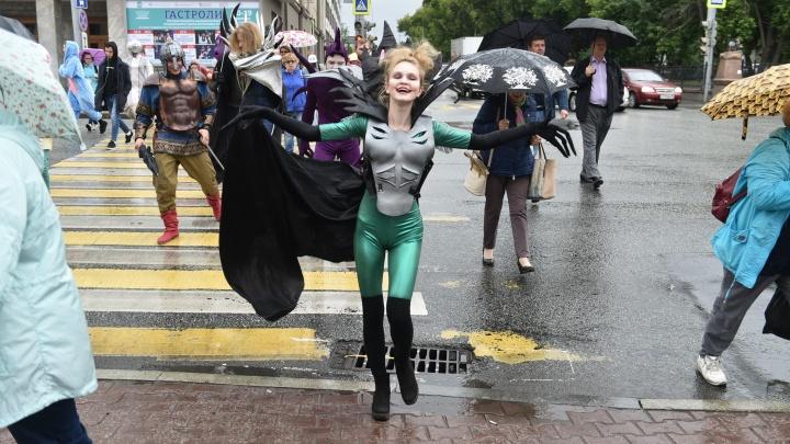 «Они за год очень устали»: монстры сбежали из театра ЕГТИ и пронеслись по центру Екатеринбурга